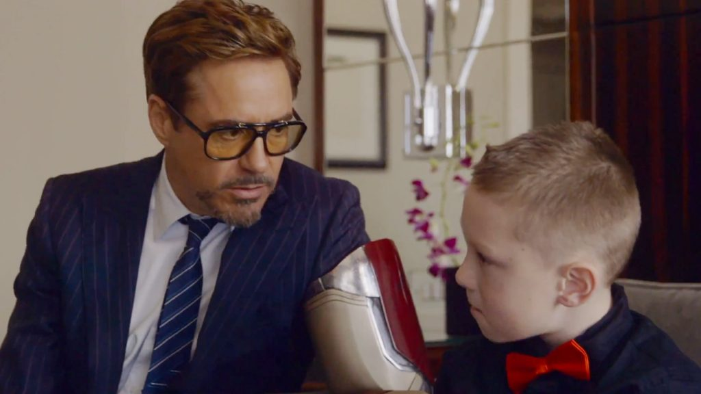 01-robert-downey-jr-star-beneficienza-arm-kid